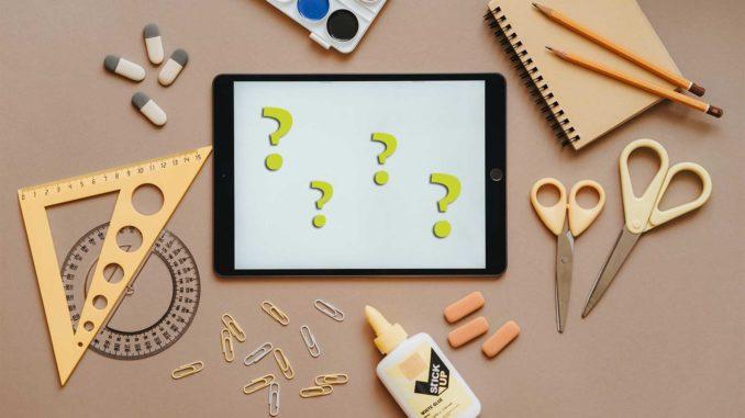 Schreibtisch mit Tablet und verschiedenen Zeichen- und Mal-Werkzeugen